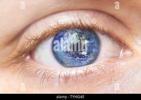 Umweltschutz Konzept. Nahaufnahme Bild der Frau Auge mit Erde. Kreative composite von Makro Auge mit Erde als Iris. Elemente dieses Bild von der NASA eingerichtet. - Stockfoto