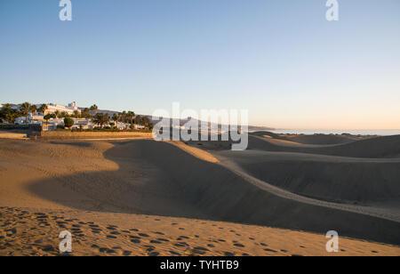 Blick auf die Resort von Dünen von Maspalomas am frühen Morgen. - Stockfoto