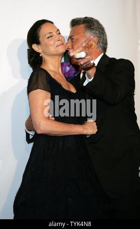 Dustin Hoffman und Frau Lisa kommen für die Fragrance Foundation 2009 FiFi Awards im Downtown Armory in New York am 27. Mai 2009. (UPI Foto/Laura Cavanaugh) - Stockfoto