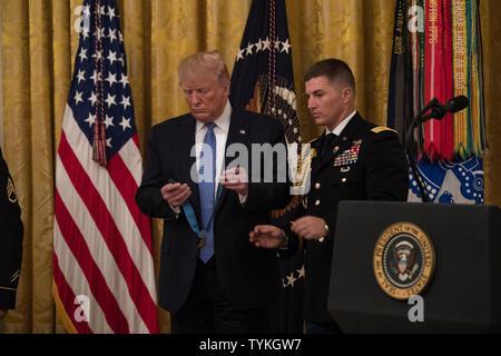Präsident Donald J. Trumpf präsentiert die Ehrenmedaille der ehemalige U.S. Army Staff Sgt David G. Bellavia während einer Zeremonie im Weißen Haus in Washington, D.C., 25. Juni 2019. Bellavia war die Ehrenmedaille (Datum), 2019 für Maßnahmen vergeben, während als Truppführer mit der 1 Infanterie Division zur Unterstützung der Operation Phantom Fury in Falludscha, Irak, wenn eine Gruppe von seinen Trupp wurde von intensivem feindlichem Feuer gefangen. (U.S. Armee Foto von Sgt. Kevin Roy) - Stockfoto