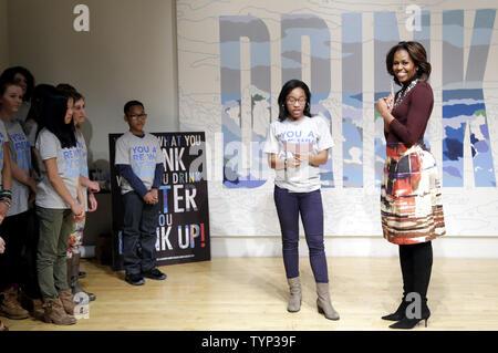 """First Lady Michelle Obama steht mit Sophia Rose Stewart-Chapman der Kleine rote Schulhaus und Elisabeth Irwin High School, als Sie zu Besuch im Neuen Museum """"Rücknahme der Straßen"""" Ausstellung, durch Wasser lassen Sie gesponsert werden von Wasser LLC Jugend Mineralwasser Marke WAT-AAH! Die Partnerschaft für ein gesünderes Amerika'DRink"""" Initiative in New York City am 20. Februar 2014 stützen. UPI/John angelillo - Stockfoto"""