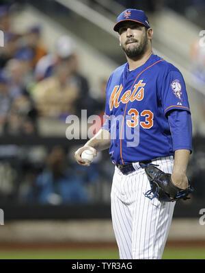 New York Mets Krug Matt Harvey reagiert, nachdem 3 Runs im 2.Inning gegen die Los Angeles Dodgers Kerbe im Spiel 3 der NLDS gegen die bei Citi Field in New York City am 12. Oktober 2015. Foto von John angelillo/UPI - Stockfoto