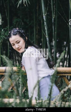 Ein junges Mädchen in der alten Bambuswald. - Stockfoto