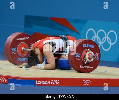 Romela Begaj Albaniens reagiert, nachdem Sie die Gewichte in ihrem abschließenden Versuch an der sauber und Ruck in 58 kg Gewichtheben der Frauen Wettbewerb auf dem ExCel Ausstellungszentrum an den Olympischen Sommerspielen 2012 in London am 30. Juli 2012 in London. UPI/Terry Schmitt - Stockfoto