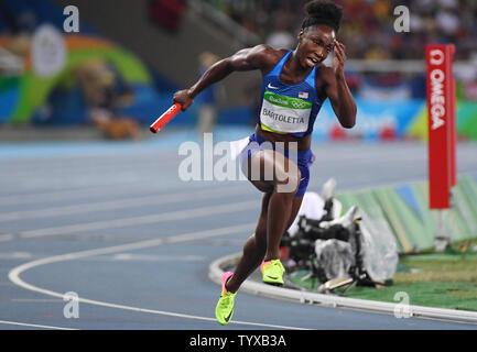 Tianna Bartoletta der Vereinigten Staaten konkurriert für eine Frauen 4x100m Staffel Re-Run im Olympischen Stadion am Rio olympische Sommerspiele 2016 in Rio de Janeiro, Brasilien, am 18. August 2016. Nach einem erfolgreichen Protest, den Vereinigten Staaten Mannschaft reran ihr Rennen nach einem Hindernis auf der Mannschaft eine Brasiliens Lane über aufgerufen wurde. Sie gaben eine 41.77 die beste aller Qualifier, bekanten Jamaika am 41.79 und schnappte sich einen Platz in der Endrunde. Foto von Terry Schmitt/UPI - Stockfoto