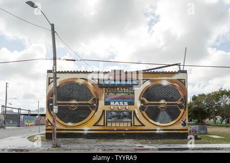 Street Art der Darstellung eine Boom Box stereo auf der Wand eines verlassenen Gebäude in den Wynwood Bereich von Miami, Florida - Stockfoto