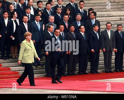 Die deutsche Bundeskanzlerin Angela Merkel (L) und der Chinesische Premier Li Kiqiang eine Begrüßungszeremonie in der Großen Halle des Volkes in Peking am 7. Juli 2014 sorgen. Merkel in der Volksrepublik China eingetroffen am Sonntag für ihren siebten Besuch seit 2005, mit der Unternehmen ihre Beziehungen Agenda und ein high-powered Business Delegation im Schlepptau. UPI/Stephen Rasierer - Stockfoto