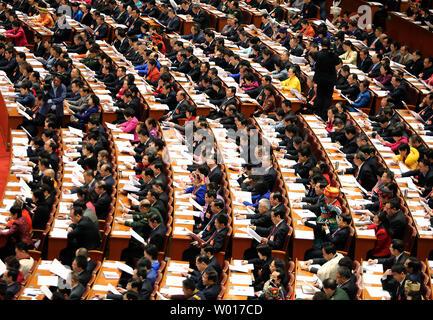 Chinesischen Delegierten nehmen an der Eröffnung des jährlichen Nationalen Volkskongresses (NVK) in der Großen Halle des Volkes in Peking am 5. März 2015 statt. China kündigte eine frische zweistellig steigern die Ausgaben für das Militär, die weltweit größte, während der Nsc mit 10,1 Prozent im Jahr 2015. Foto von Stephen Rasierer/UPI - Stockfoto