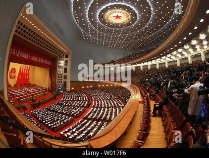 Chinesische Spitzenpolitiker und Teilnehmer der Eröffnung des jährlichen Nationalen Volkskongresses (NVK) in der Großen Halle des Volkes in Peking am 5. März 2015 statt. China kündigte eine frische zweistellig steigern die Ausgaben für das Militär, die weltweit größte, während der Nsc mit 10,1 Prozent im Jahr 2015. Foto von Stephen Rasierer/UPI - Stockfoto