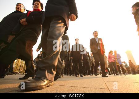Chinesischen Delegierten kommen für die Eröffnung des jährlichen Nationalen Volkskongresses (NVK) in der Großen Halle des Volkes in Peking, die am 5. März 2015. China kündigte eine frische zweistellig steigern die Ausgaben für das Militär - die größte der Welt - während der Nsc mit 10,1 Prozent im Jahr 2015. Foto von Stephen Rasierer/UPI - Stockfoto