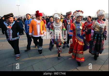 Chinesischen ethnischen Minderheit der Delegierten kommen für die Eröffnung des jährlichen Nationalen Volkskongresses (NVK) in der Großen Halle des Volkes in Peking, die am 5. März 2015. China kündigte eine frische zweistellig steigern die Ausgaben für das Militär - die größte der Welt - während der Nsc mit 10,1 Prozent im Jahr 2015. Foto von Stephen Rasierer/UPI - Stockfoto