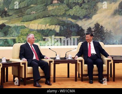 """Us-Staatssekretär Rex Tillerson (L) Gespräche mit der chinesischen Präsident Xi Jinping bei seinem ersten Besuch in Peking am 19. März 2017. Tillerson hat sowohl Südkorea und China, dass präventives militärisches Vorgehen gegen Nordkorea könnte notwendig sein, wenn die Bedrohung von seinem Atomwaffenprogramm ein Niveau erreicht, dass wir Glauben erfordert Maßnahmen"""" informiert. UPI/U.S. State Department - Stockfoto"""