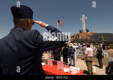 Pensionierte Air Force Sergeant Jack Porath begrüßt während des Memorial Day Dienstleistungen 29. Mai 2006 am Mt. Soledad Kriegerdenkmal in San Diego, Kalifornien. Das Kreuz, das auf öffentlichem Land sitzt bestellt wurde durch einen Richter nach Jahren des Rechtsstreits über die Trennung von Staat und Kirche entfernt. (UPI Foto/Earl S. Cryer) - Stockfoto