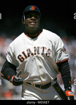 San Francisco Giants left fielder Barry Bonds (25) Nach der Erdung zu New York Mets erste Basisspieler Carlos Delgado (21) Im fünften Inning bei AT&T Park in San Francisco am 9. Mai 2007 frustriert ist. Die Mets die Riesen besiegte 5-3. (UPI Foto/Aaron Kehoe) - Stockfoto