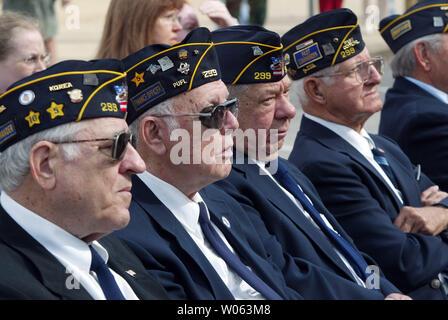 Korean War Veterans zusammen sitzen während des St. Louis World Veterans' Tag Beachtung auf der Soldaten Denkmal in St. Louis am 5. November 2005. (UPI Foto/Rechnung Greenblatt) - Stockfoto
