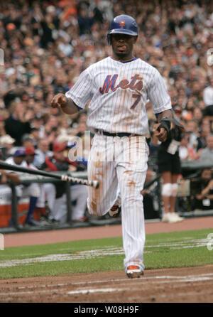 New York Mets Jose Reyes Scores auf einen Treffer von Ken Griffey jr. im ersten Inning am 2007 All Star Game bei AT&T Park in San Francisco am 10. Juli 2007. (UPI Foto/Bruce Gordon) - Stockfoto