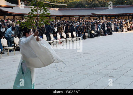 Ein Shinto Priester führt die 'Oharai' (Ritual der Reinigung) für Besucher während der Eingabe Zeremonie für die Widmung am Meiji Schrein in Tokio, Japan's neue Jahr am 8. Januar 2019. Foto von keizo Mori/UPI - Stockfoto