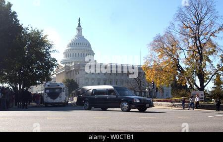 Der Leichenwagen, die den Körper von Rosa Parks, und ein 50er Nachbau des berühmten Bus, in dem Parks weigerte sich, Ihren Sitzplatz einem weißen Mann zu geben, dem US Capitol nach einer 15-stündigen Public Viewing in Washington am Okt. 31, 2005 Blätter. Parks, die letzten Montag im Alter von 92 Jahren starb, ist die erste Frau und die zweite Afrikaner in Ehre im Capitol Rotunde zu liegen. (UPI Foto/Kevin Dietsch) - Stockfoto