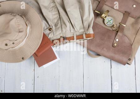Vorbereitung für Reise in Safari Stil, Wandern und Backpacker - Zubehör und Reiseutensilien, Verpackung Kleidung im Rucksack: Rucksack, Pass, Tickets, h - Stockfoto
