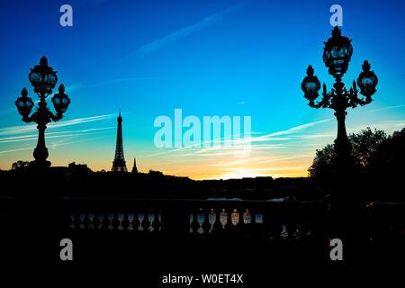 Frankreich, Paris, 5. Oktober 2018: Sonnenuntergang auf dem Eiffelturm und einem Lamp Post von Pont Alexandre III - Stockfoto