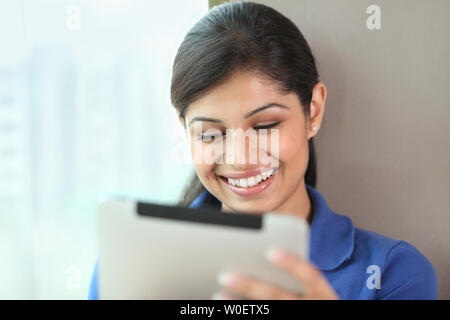 Junge Inderin mit einem digitalen tablet - Stockfoto