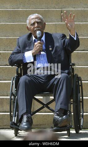 """Minister und cicil Menschenrechtler Joseph Lowery Erläuterungen vorne macht einen Rollstuhl vor dem Lincoln Memorial, das 50-jährige Jubiläum seines Vaters, Dr. Martin Luther King's zu Mark, """"Ich habe einen Traum' Rede, August 24, 2013, in Washington, DC. Die bürgerlichen Rechte Führer und Politiker seit 1963 Tausende der Marsch auf Washington zu erinnern. UPI/Mike Theiler - Stockfoto"""