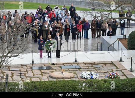 Jean Kennedy Smith (Mitte), Schwester von John F. Kennedy, und Patrick Hallihan (rechts), Geschäftsführer der bewaffneten Services Cemetries, legen einen Kranz während einer Zeremonie am Grab von Präsident John F. Kennedy am 50. Jahrestag seines Todes, auf dem Arlington National Cemetery, 22. November 2013 in Arlington, Virginia. Präsident Kennedy ermordet wurde vor 50 Jahren beim Reiten in seiner Limousine in Dallas, Texas. UPI/Kevin Dietsch - Stockfoto