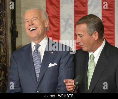 Vizepräsident Joe Biden (L) Lacht beim Sprechen mit Sprecher des Repräsentantenhauses John Boehner bevor Präsident Barack Obama macht seine Rede zur Lage der Union zu einer gemeinsamen Sitzung des Kongresses und dem amerikanischen Volk im Haus Kammer am Kapitol am 28 Januar, 2014 in Washington, DC. UPI/Kevin Dietsch