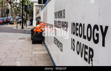 Bauarbeiter in Hi Vis Kleidung draussen sitzen Baustelle, London, England, Großbritannien - Stockfoto