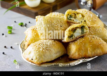 Traditionelle russische Küche. Torten Ei und grüne Zwiebeln auf Licht Tisch aus Stein. - Stockfoto