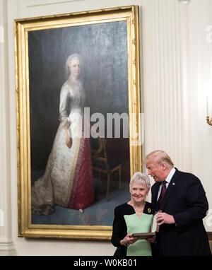 Präsident Donald Trump präsentiert die Medaille der Freiheit für Ende der Oberste Gerichtshof Antonin Scalia zu seiner Frau Maureen, während einer Zeremonie im Weißen Haus in Washington, D.C. am 16. November 2018. Foto von Kevin Dietsch/UPI - Stockfoto
