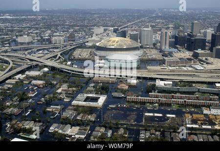 Luftaufnahme von einem US-Marine Hubschrauber, zugeordnet zu den Hubschrauber Meer Combat Squadron zwei Acht (HSC-28), zeigt den steigenden Fluten bedroht die gesamte Innenstadt New Orleans Stadtzentrum, einschließlich den berühmten superdome am 31. August 2005. Interstate 10 führt an die Spitze der Foto Richtung Osten und Route 90 verläuft horizontal zu New Orleans West Bank über dem Mississippi Fluß zu verbinden. Die hohen Büro- und Hotelgebäude sind auf der Canal Street im Geschäftsviertel, das läuft in dem berühmten französischen Viertel, direkt hinter dem hohen Gebäude auf der rechten Seite des photograp - Stockfoto