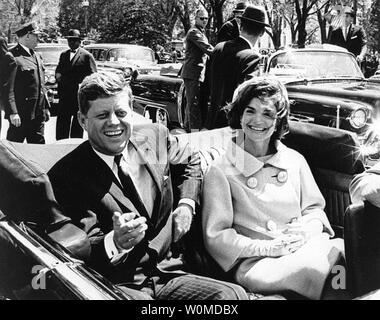Präsident John F. Kennedy und der First Lady Jacqueline Kennedy Fahrt in die Wagenkolonne in Washington am 3. Mai 1961. November 22, 2008 markiert den 45. Jahrestag des Tages Präsident Kennedy in Dallas, Texas ermordet wurde. (UPI Foto/Abbie Rowe/John F. Kennedy Presidential Library & Museum) - Stockfoto
