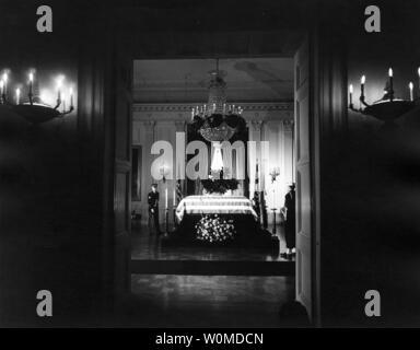 Präsident John F. Kennedy liegt im Zustand im East Room des Weißen Hauses in Washington am 23. November 1963. November 22, 2008 markiert den 45. Jahrestag des Tages Präsident Kennedy in Dallas, Texas ermordet wurde. (UPI Foto/Abbie Rowe/John F. Kennedy Presidential Library & Museum) - Stockfoto