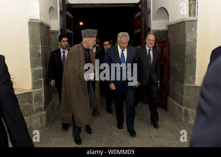 Verteidigungsminister Chuck Hagel, Wanderungen mit der afghanische Präsident Hamid Karzai, 10. März 2013. Hagel ist unterwegs nach Afghanistan auf seiner ersten Reise als die 24 Verteidigungsminister US-Truppen, die Staats- und Regierungschefs der NATO zu besuchen, und afghanischen Kollegen. UPI/Erin A. Kirk-Cuomo/DOD - Stockfoto