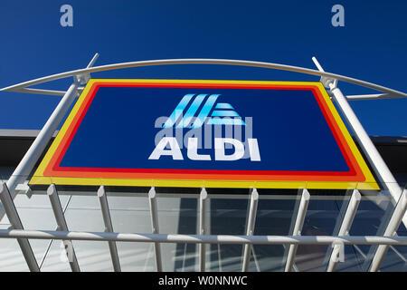 ALDI Süd neue Zeichen auf der Außenseite eines neuen Discounter - Stockfoto