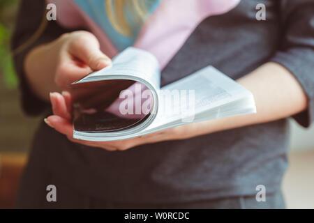 Magazin Woman lesen zu Hause - Stockfoto