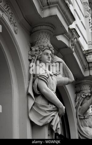 Architektur des Historismus in Hamburg, Deutschland, weibliche Skulptur an die Stelle einer Spalte, caryatid - Stockfoto