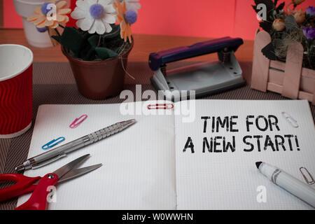 Wort schreiben Text Zeit für einen neuen Start. Business foto Präsentation etwas soll jetzt Frische job Schere zu beginnen und Schreibbedarf p - Stockfoto