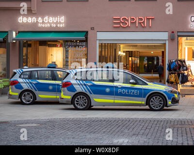 Augsburg, Deutschland - 26 März, 2019: Deutsche Polizei Auto vom Freistaat Bayern mit den Buchstaben Polizei an der Tür - Stockfoto