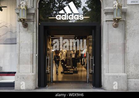 Mai 29, 2019 - Spanien - ein Kunde aus einem Deutschen multinationalen Sportswear store Adidas in Spanien. (Bild: © Miguel Candela/SOPA Bilder über ZUMA Draht) - Stockfoto