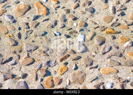 Pflasterstein mit Kies und Steine in verschiedenen Größen und Farben und Sand - Stockfoto