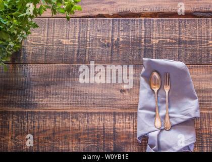 Blick auf einen hölzernen Tisch mit einigen alten Besteck - Stockfoto