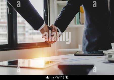 Partnerschaft - Gruppe von Geschäftsleuten handshake Nach dem Finishing Geschäft treffen im Tagungsraum office, Gratulation, Investor, Erfolg - Stockfoto