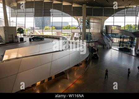 München, Deutschland - Juni 14, 2019: BMW Welt (BMW Welt), eine multifunktionale Kundenerlebnis und die Ausstellung der BMW AG. illustrative bearbeiten
