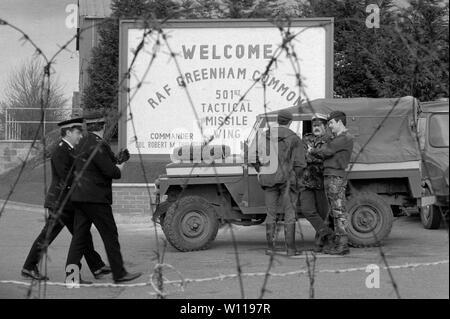 Greenham Common RAF Base 1983 britische Armee Militär Polizei RAF Basis schützen, während die CND Frauen Friedenscamp Blockade. 1980 s UK HOMER SYKES - Stockfoto