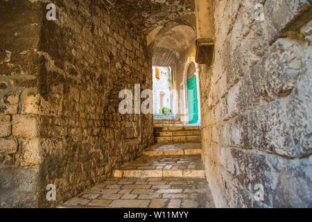 Romantische alte engen, gepflasterten Gassen und Passagen in der Altstadt von Sibenik in Kroatien - Stockfoto