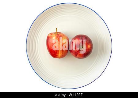 Rote Äpfel auf einem Teller. Stockfoto