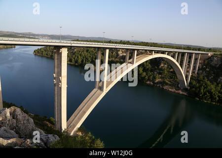 Straßenbrücke über den Fluss Krka in Kroatien in der Nähe der Stadt Skradin - Stockfoto