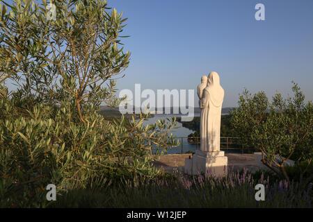 Von der Mündung des Flusses Krka Skradin - Krka Brücke und einer Statue von Maria, der Mutter Gottes - Stockfoto